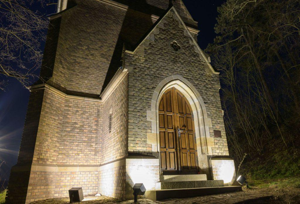 Nasvětlení historické stavby, díky kterému je nyní kaple dominantou města Beroun. Kaple je po nasvětlení vidět i ze širokého okolí.
