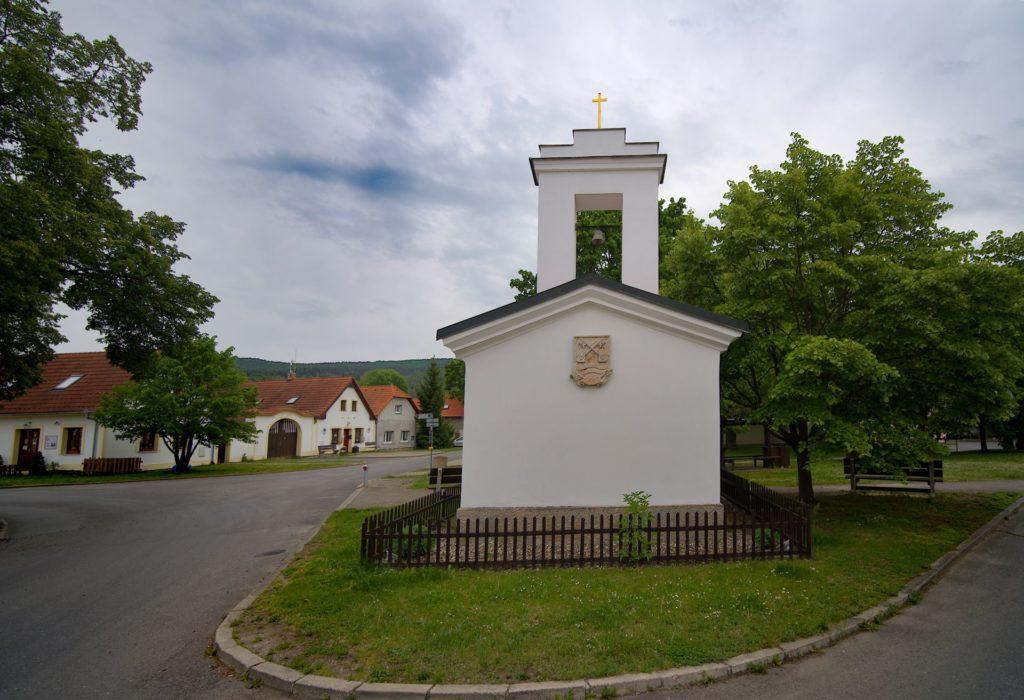 Zde LED osvětlení podtrhává zrekonstruovanou fasádu kapličky na návsi v obci Lety u Dobřichovic.