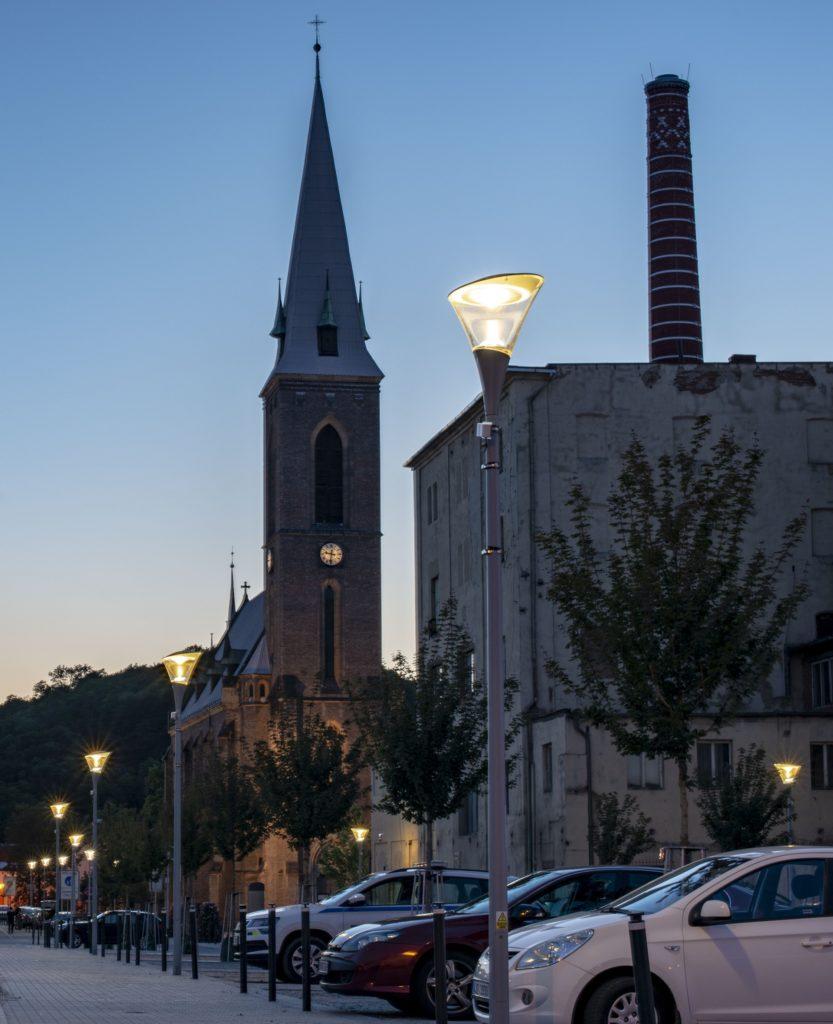 Designové lampy byly použity v rámci rekonstrukce veřejného osvětlení. Následně proběhla realizace osvětlení parkoviště a přechodu pro chodce.