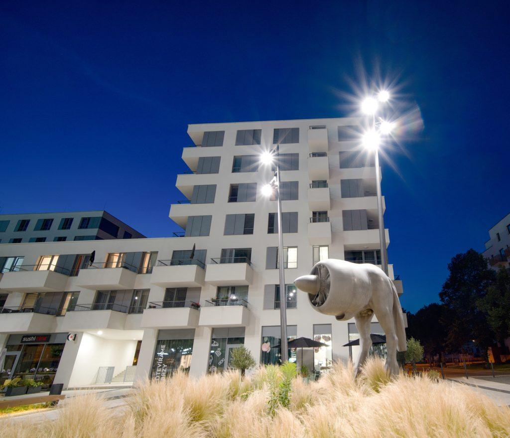 Designové areálové osvětlení v rezidenci Waltrovka jsme realizovali v roce 2018.