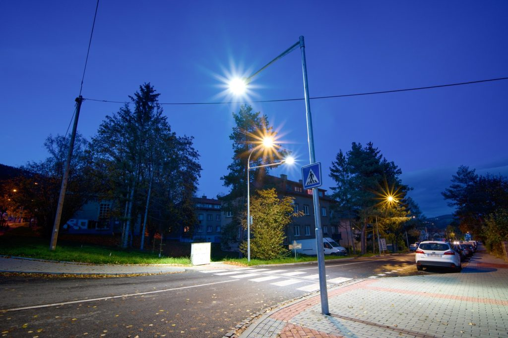 Zde jsme v rámci rekonstrukce veřejného osvětlení dbali především na bezpečnost - tedy správné osvětlení přechodů pro bezpečnost chodců a rekonstrukci zapínacího bodu veřejného osvětlení.