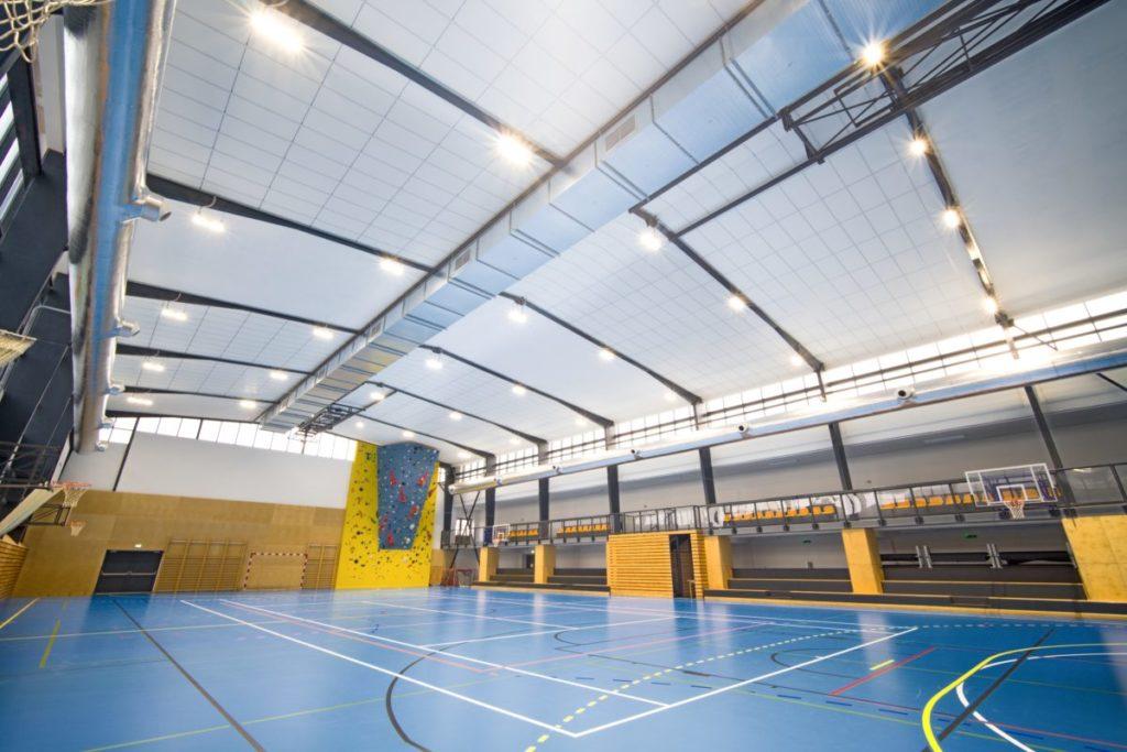 Ve sportovní hale Dobříš se jednalo o kompletní rekonstrukci osvětlení sportovní haly, abychom zajistili zvýšení kvality herního prostředí nejen pro hráče samotné, ale i pro jejich fanoušky z celého okolí.