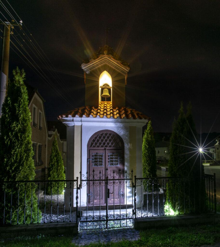 Ikonické nasvícení historicky dochované kaple na návsi v obci Zadní Třebaň.