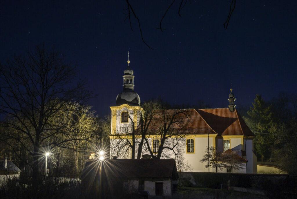 Ze stromového parku s pomocí našeho LED osvětlení jsme podtrhli krásu kostela sv. Bartoloměje v obci Všeradice.