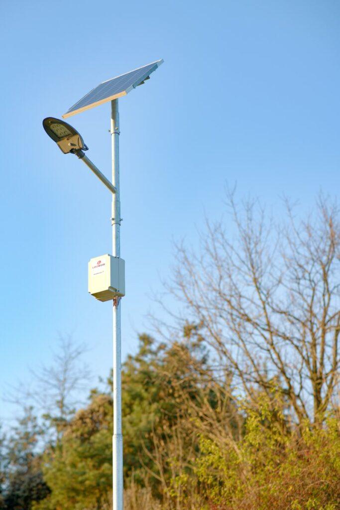 Solární veřejné osvětlení je vhodnou alternativou osvětlení parků či cyklostezek oproti běžným pouličním lampám, jenž je velmi šetrné k přírodě a šetří výdaje za energie.