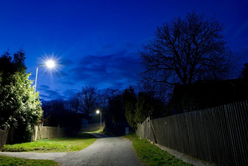 Nové LED osvětlení v obci Nechalov, které jsme realizovali v rámci správy veřejného osvětlení - i malé příjezdové cesty je potřeba kvalitně osvětlit pro bezpečnost obyvatel.