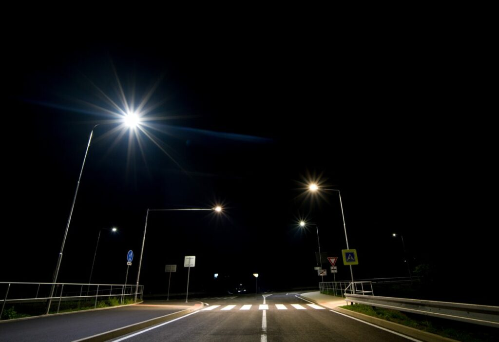 Obchvat Králův Dvůr byl vybudován za účelem odlehčení dopravy na hlavní silnici mezi městy Beroun a Králův Dvůr. Realizovali jsme zde osvětlení nejen na hlavní komunikaci ale také osvětlení na cyklostezkách, chodnících a především bezpečnostní osvětlení na přechodech pro Vaši bezpečnost.