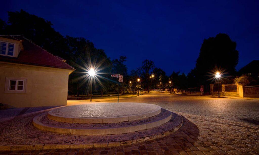 Při realizaci na předměstí Písecké brány jsme použili historická svítidla, která byla perfektně zasazena do okolního prostředí. Historické pouliční lampy byly umístěny také do přilehlého parku.