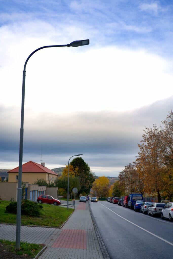 Rekontrukce veřejného osvětlení na vedlejší městské komunikaci.