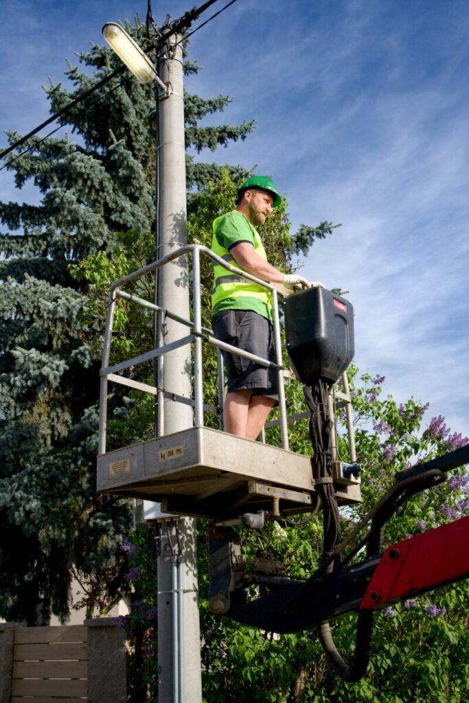 Provádíme záruční a pozáruční servis veřejného osvětlení a to jak v případě naší dokončené realizace, tak i Vašeho stávajícího osvětlení. V případě pasportizace, pro lepší přehled můžete využít také služby oštítkování pouličních lamp.