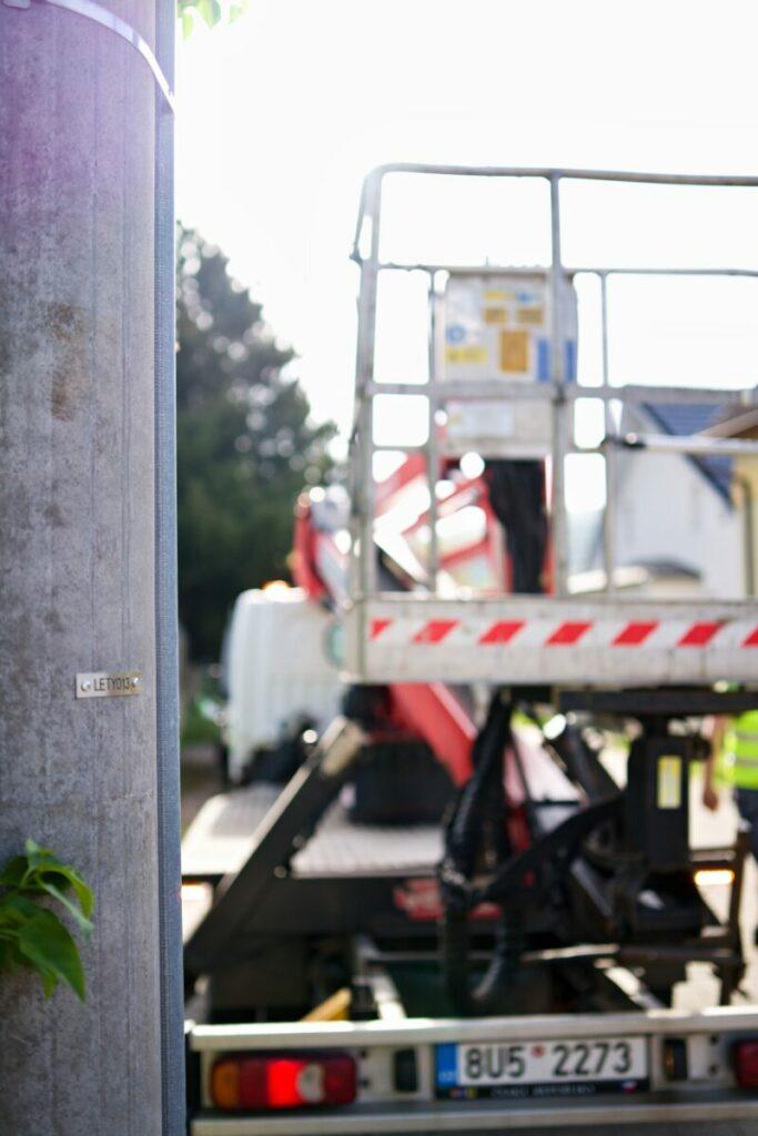 Provádíme záruční a pozáruční servis veřejného osvětlení a to jak v případě naší dokončené realizace, tak i Vašeho stávajícího osvětlení. V případě pasportizace pro lepší přehled můžete využít také služby oštítkování pouličních lamp.