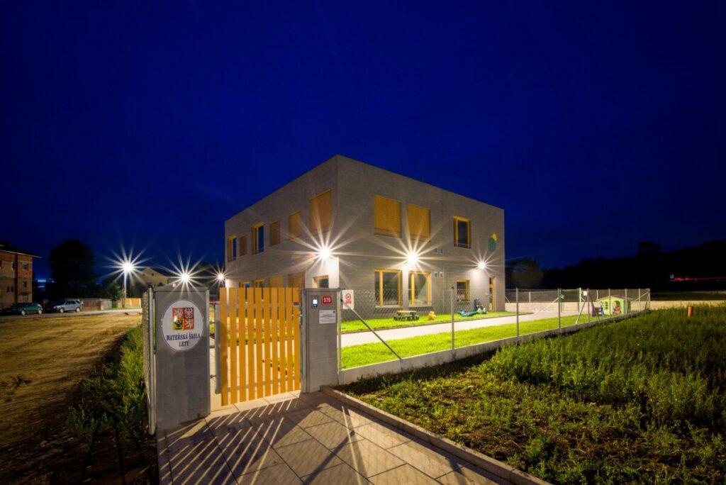Areálové chytré LED osvětlení ve školce v Letech, které umožňuje ovládání nejen intenzity světel přes vzdálenou správu. Osvětlení jsme zrealizovali i na příjezdovou a příchodovou cestu.