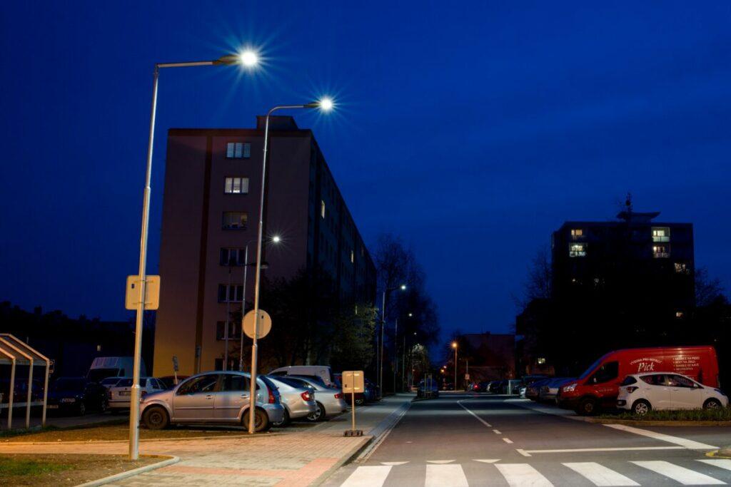 Osvětlení parkovacích stání podél ulice Švermova včetně bezpečnostního osvětlení přechodu.