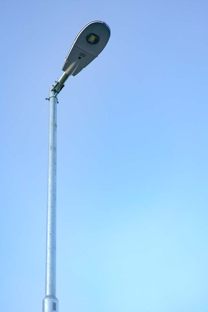 Výstavba pouličních lamp na vedlejší komunikaci v obci Tlustice v rámci kompletní rekonstrukce veřejného osvětlení.