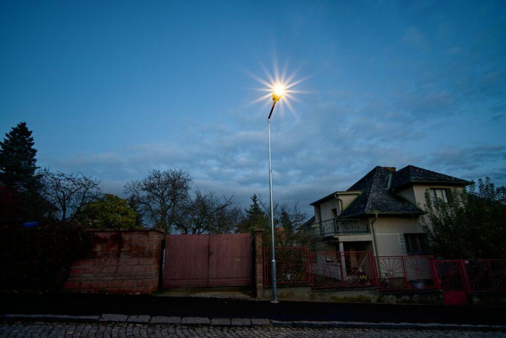 Zrekonstruovaná nová LED pouliční lampa na vedlejší komunikaci.