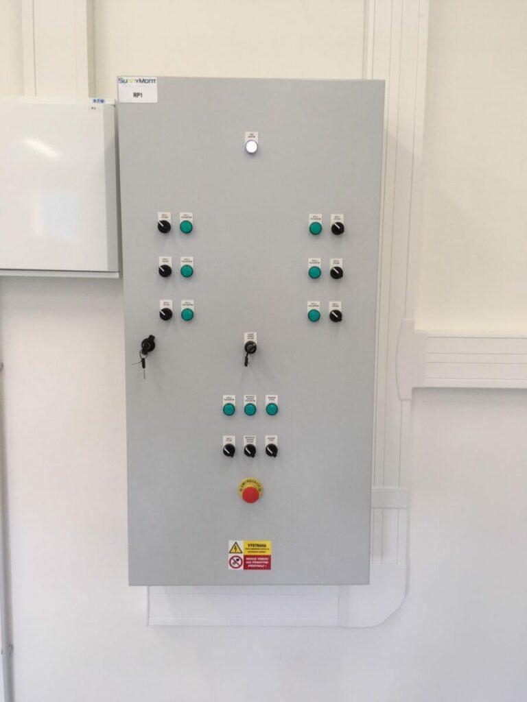 Moderně zřízená elektrolaboratoř ve střední škole SOŠ A SÚ Beroun Hlinky je opatřená základními komponenty pro základní nauku s elektroinstalací silnoproudu a slaboproudu v praxi.