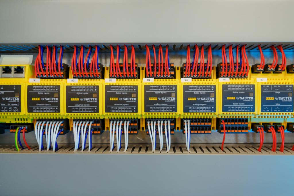 Rozvaděče realizované přesně na míru klientovi s připravenou rezervou na doplnění budoucích elektrokomponentů.