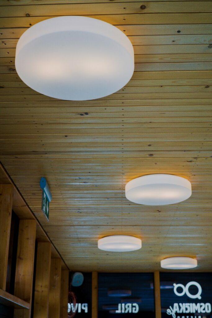 Elektroinstalace v kavárně je přizpůsobena moderním trendům (přiznané kabelové vedení), které tomu dodává nádech industrialismu, ale přesto působí útulně.