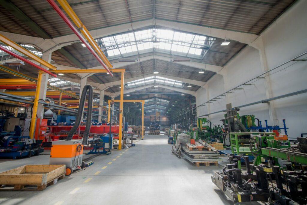 Tato realizace proběhla důvodu výměny nevhodného a starého osvětlení za nová LED svítidla, která zajišťují správné nasvětlení při manipulaci a tím i bezpečnost zaměstnanců na pracovní ploše.